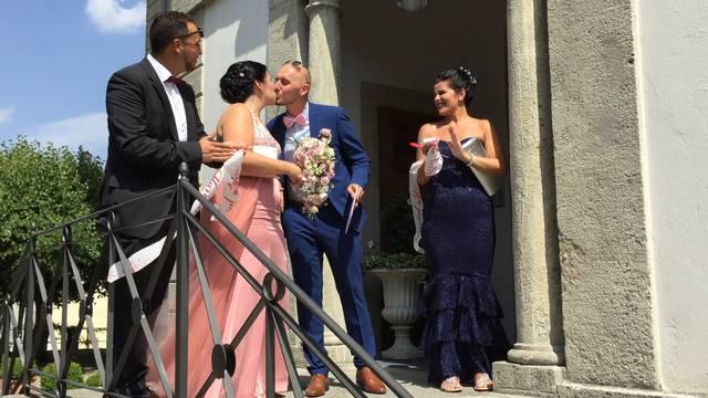 Rossana und Fabio Toscano-Ruffolo kommen als frischgebackenes Ehepaar aus dem Standesamt.