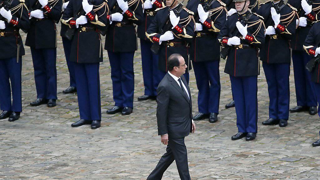 Der französische Präsident Francois Hollande beim Abschreiten einer Militärformation. Seit den Anschlägen in Paris ist die Zahl der Franzosen, die sich für eine Karriere beim Militär interessieren, rapide gestiegen.
