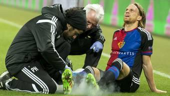 Nachdem er in der ersten Halbzeit im Spiel gegen Sevilla unschön umgeknickt war, musste sich Michael Lang zuerst pflegen und dann in der Pause auswechseln lassen.