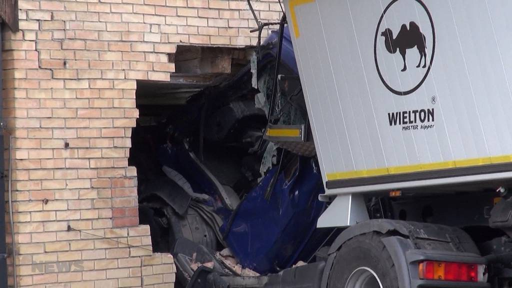 Fahrer schwer verletzt: LKW kracht in Finsterhennen in Hauswand
