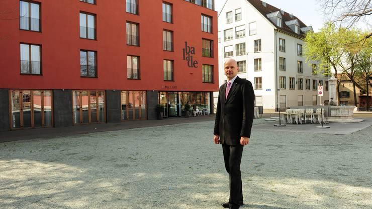 Beat Gerber, Direktor vom Hotel Balade, vor seinem Hotel bei der Kaserne an der Klingenthalstrasse.