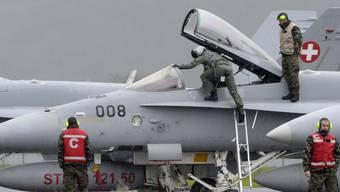 Moderne Instrumente erleichtern die Navigation. Im Bild: Ein Pilot steigt ins Cockpit einer Schweizer F/A-18.
