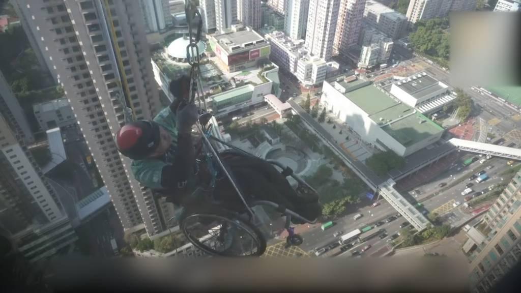 Rollstuhl-Spiderman sammelt über 550'000 Franken Spendengeld mit seiner Kletteraktion