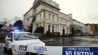 Ein Polizeiauto vor dem Regency-Hotel in Dublin, wo Unbekannte auf Boxfans geschossen und einen Mann getötet haben.