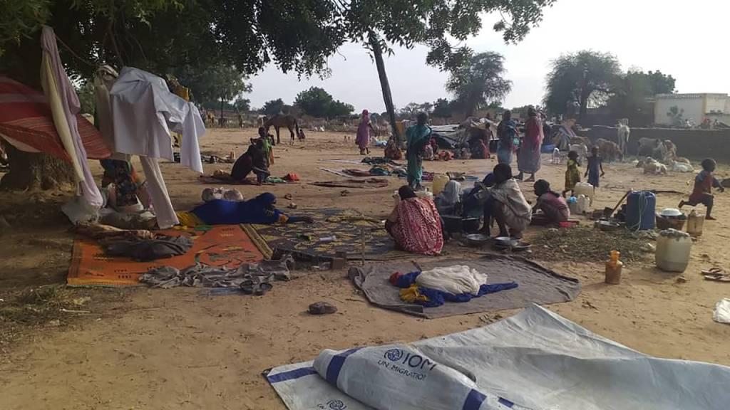 ARCHIV - Vertriebene sitzen auf Decken inmitten provisorischer Zelte. In der Krisenregion Darfur im Westen des Sudans kommt es zunehmend zu tödlichen Angriffen. Foto: Mustafa Younes/AP/dpa