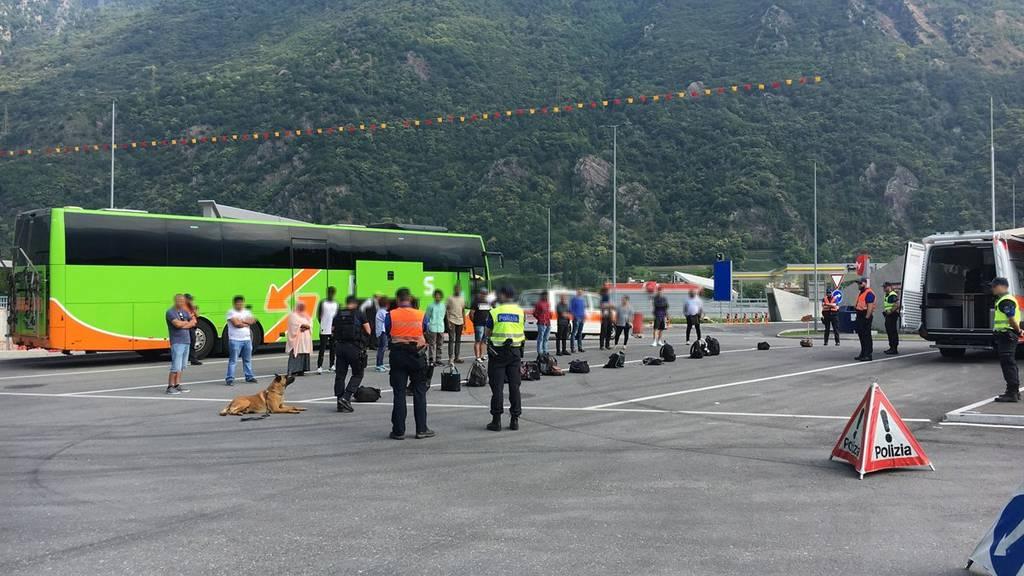 Die Kantonspolizei Graubünden und die Kantonspolizei Tessin führten gemeinsam eine Grosskontrolle durch.