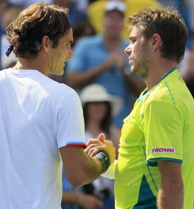 Handshake unter Freunden: Wawrinka und Federer geben sich am Ende der Partie die Hand. Umkämpft war vor allem der erste Satz.