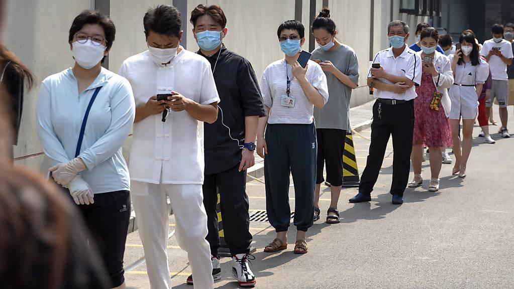 In Peking mussten zahlreiche Menschen lange anstehen, um einen Coronavirus-Test durchführen zu können.