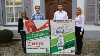 Zweimal Nein: Die Spitze des Baselbieter SVP-Nachwuchses präsentiert die Plakate zu den beiden Demokratie-Initiativen, über die am 4. März abgestimmt wird.