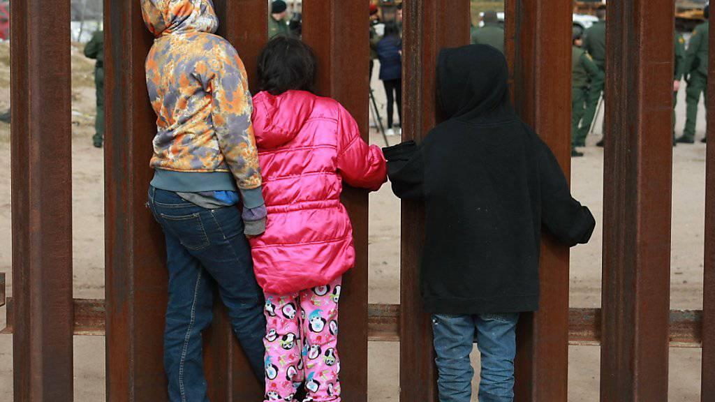 Kinder beobachten US-Grenzschützer an der Grenze zwischen Mexiko und den USA  - US-Präsident Donald Trump hat in Sachen Einwanderungspolitik einen weiteren Rückschlag erlitten. (Archiv)