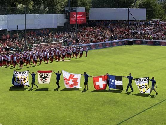 Schlussfeier: Fallschirmspringer brachten die Aarauer Stadtfahne, die Fahne des Schweizerischen Turnverbandes, die Schweizer und die Aargauer Flagge ins Brügglifeld.