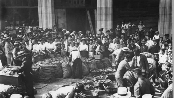 Knappes Gut im Ersten Weltkrieg: Die Bevölkerung erhält 1917 an der Uraniastrasse in Zürich verbilligte Kartoffelrationen. Foto: Baugeschichtliches Archiv der Stadt Zürich