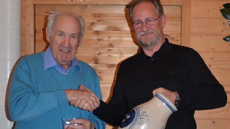 Walter Keller mit den Auszeichnungen, Vase und Medaille