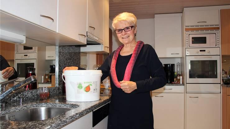 Das Bild täuscht: Der Birnel-Kessel von Rita Hoerni aus Seengen ist leer. Sie wartet sehnsüchtig auf Nachschub. JGL