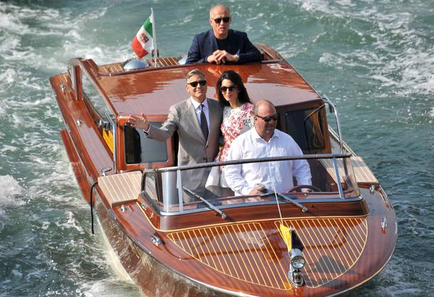 George Clooney und seine Frau Amal Alamuddin, frisch vermählt, auf einem Taxiboot in Venedig.