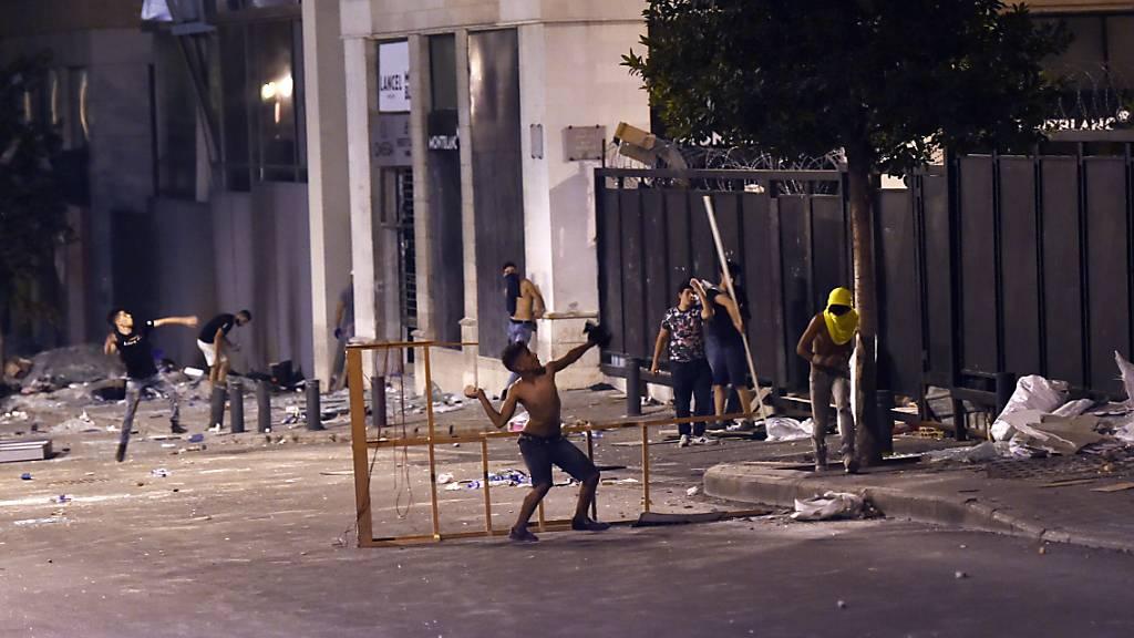 Die Bevölkerung reagiert mit Wut auf die gewaltige Explosion im Hafen der libanesischen Hauptstadt Beirut. Sie gibt der Regierung die Schuld. Zwei Minister, die sich auf die Strasse wagten, bekamen den Unmut der Stadtbewohner zu spüren.
