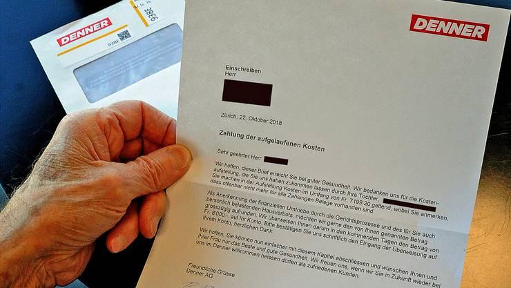 Der 85-jährige Rentner (er will anonym bleiben) zeigt den Brief, den er von der Denner AG erhalten hat.