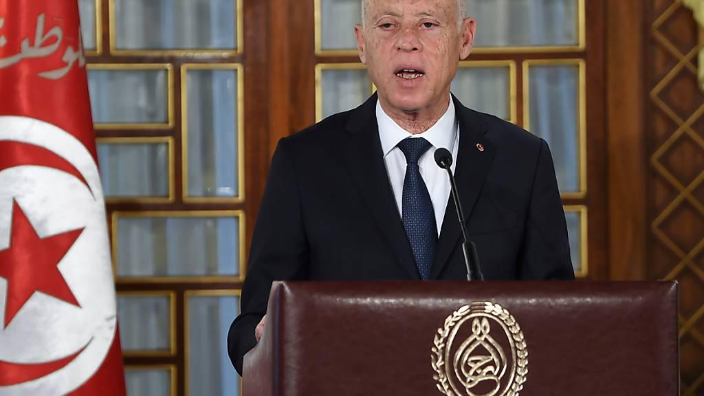 ARCHIV - Kais Saied, Präsident von Tunesien, hält wehrend der Vereidigungszeremonie der neuen Regierung im Palast der Republik eine Rede. Saied hat die Suspendierung des Parlaments verlängert. Foto: Fethi Belaid/AFP Pool via AP/dpa