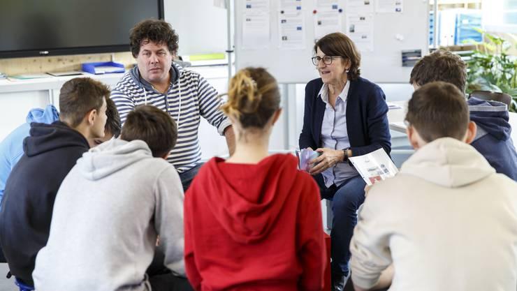 Die Lehrpersonen bei der Gruppenarbeit mit der 9. Klasse: Markus von Niederhäusern und Zita Stich.