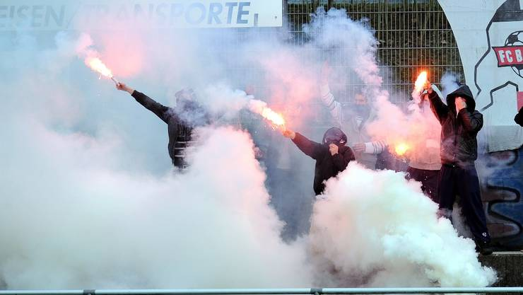 Baden-Fans zündeln Fackeln und Knallkörper an der Seitenlinie