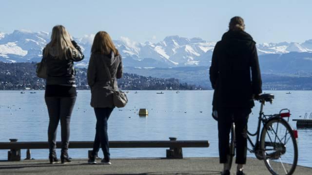 Menschen geniessen einen warmen Frühlings-Tag in Zürich