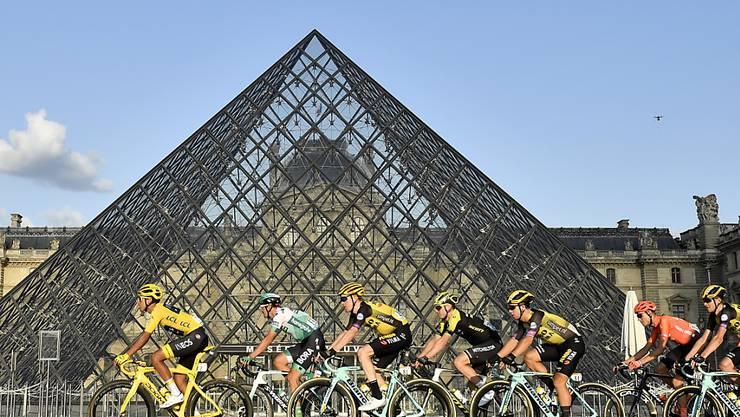 Tour-Sieger Egan Bernal in Paris vor der Louvre-Pyramide