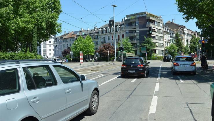 Diese Autos auf dem Dorenbachviadukt könnten künftig in einem unterirdischen Tunnel das Gundeli queren.