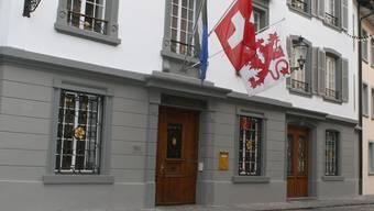 Die Ehefrau wurde am Bezirksgericht Bremgarten zu drei Jahren Freiheitsstrafe, davon zweieinhalb bedingt, verurteilt.