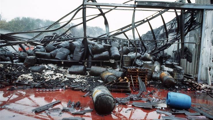 Diese Bilder prägten sich ein: Die rote Giftbrühe nach dem Brand ...  Michael Kupferschmidt/Keystone