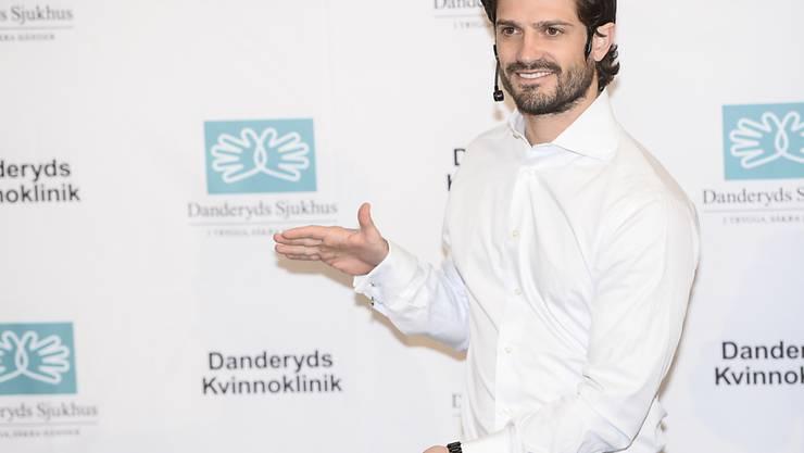 So gross ist er: Prinz Carl Philip verkündet im Danderyd-Spital stolz die Geburt seines Sohnes.