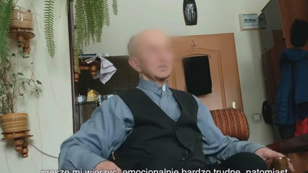 Die Dokumentation zeigt Begegnungen von Opfern pädophiler Priester mit ihren einstigen Peinigern. Einige inzwischen sehr alte Priester gestehen den Missbrauch, bitten um Vergebung und bieten manchmal finanzielle Entschädigung an. (Screenshot)