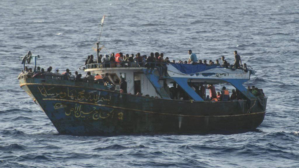 Schiff mit Flüchtlingen im Mittelmeer: Die EU-Kommission kritisiert in einem publik gewordenen Dokument die mangelnde Sicherung der EU-Aussengrenzen. Deswegen seien so viele illegale Grenzübertritte registriert worden wie noch nie. (Archivbild)
