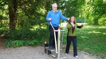 Bewegen für die Gesundheit: Stiftungsratspräsidenten Ueli Urwyler und Instruktorin Laurence Brugger. ZVG