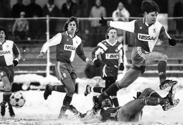 Ein Bild vom Dezember 1990: Ciriaco Sforza (rechts) wird von Lugano-Spieler Mauro Galvao vom Ball getrennt.