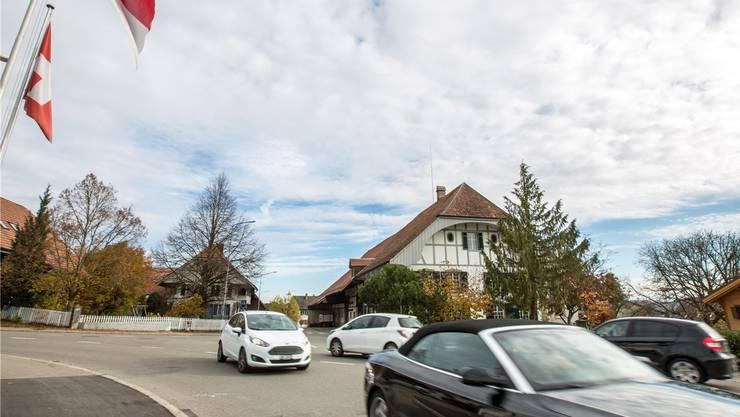 Beim Dorfplatz kreuzen sich die alte Bernstrasse und die Schulhausstrasse.
