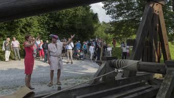 Sommaruga lässt sich von einem Blidenknecht die Blide erklären