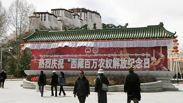 Vor Potala Palast in Lhasa