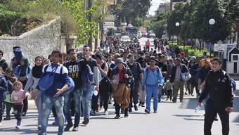 Auf der griechischen Insel Chios haben am Freitag mehrere hundert Flüchtlinge den Maschendrahtzaun um das Lager durchschnitten und sich auf den Weg Richtung Inselhafen gemacht.