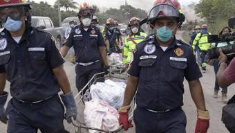 Rettungskräfte in Guatemala tragen nach dem Vulkanausbruch Leichen aus der Ortschaft San Miguel de Los Lotes weg.