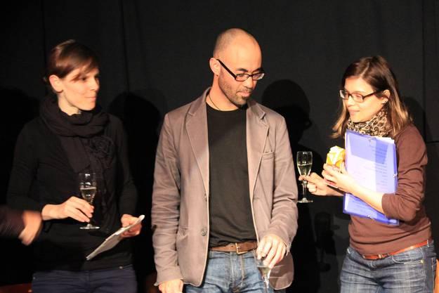 Die drei Autoren stossen auf 10 Jahre Bibliothek an