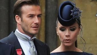 Mit Verdienstorden und extravagantem Hut: David und Victoria Beckham