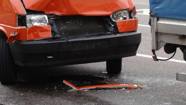 Beim Crash vor der Bushaltestelle in Herznach wurde der Kleintransporter (links) stark beschädigt.