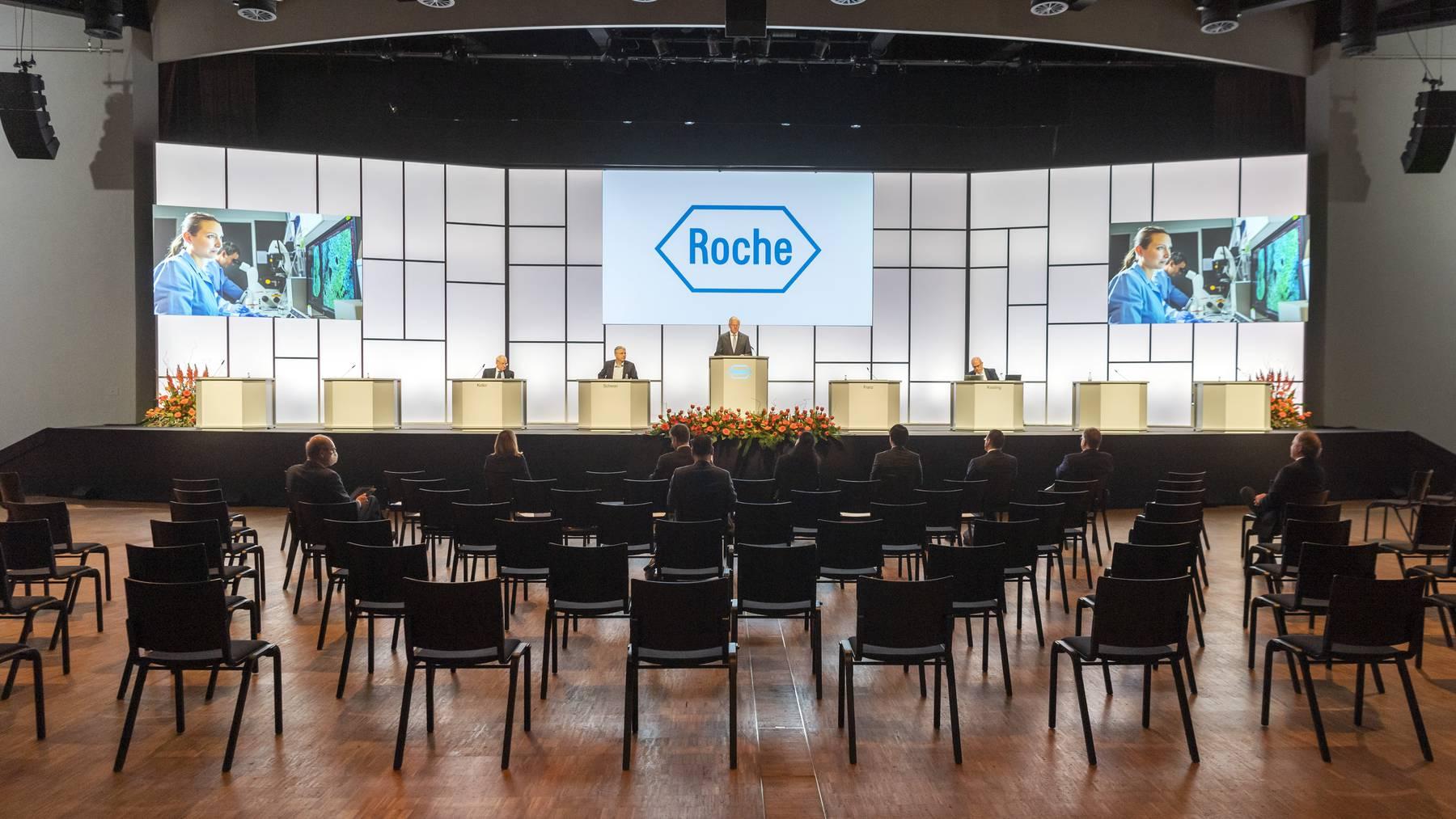Verwaltungsratspräsident Christoph Franz spricht am Dienstag an der Generalversammlung von Roche vor praktisch leeren Rängen.