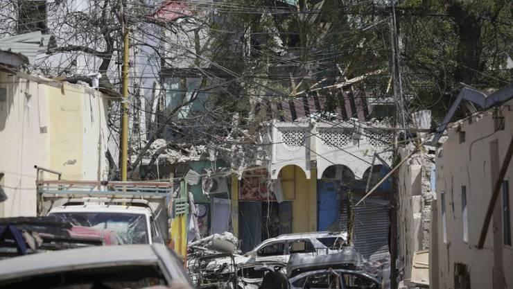 Bilder der Zerstörung nach einem Autobombenanschlag in Mogadischu. Die Gefechte mit den Islamisten in der Gegend dauern an.