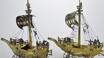 Die beiden silbernen Segelschiffe, die aus NS-Raubkunst stammen, wurden für knapp 300'000 Franken versteigert.