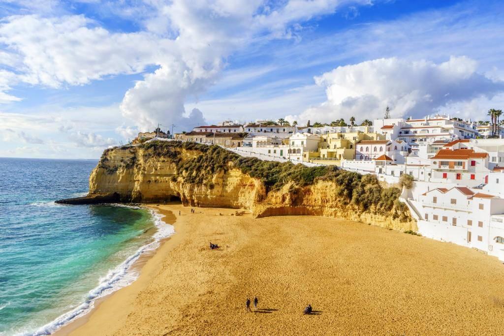 Trinkgeld ist in Portugal inklusive. Freiwillig Trinkgeld zu geben ist aber möglich. (© istock)