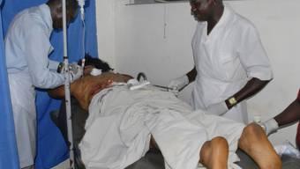 Ein Opfer des Anschlags wird behandelt