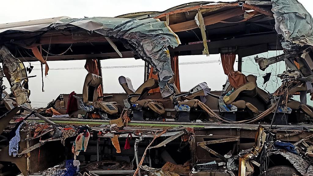 Lastwagen kracht auf indischer Autobahn in Bus – 19 Tote