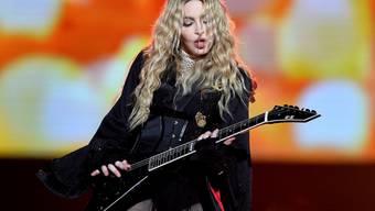 """Madonna lässt sich auf ihrer """"Rebel Heart Tour"""" gern von prominenten Frauen den Hintern tätscheln - am Samstag in Prag (Bild) kam die Ehre Jessica Chastain zu."""