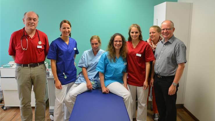 Das Xundheitspraxis-Team mit Arzt Ulrich Schröder (l.), Geschäftsführer Andreas Velke und Praxismanagerin Gabriela Aebi (1. und 2. v.r.) mit Praxisassistentinnen